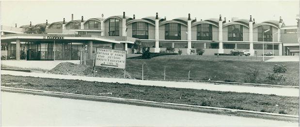 23 Olivetti (1959) e o telhado do Shopping Internacional.jpg