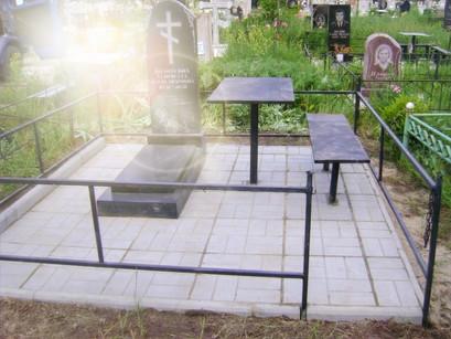 Благоустройство захоронений в Узловой - укладка тротуарной плитки на могилах