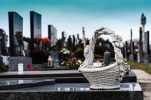 Гранитное отделка на участке могилы - современное кладбище