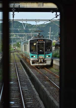 対向列車と行違い