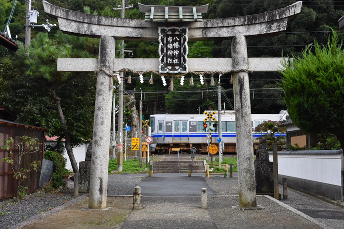 神社の境内を通る小浜線