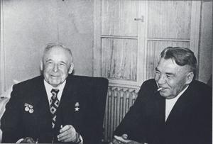 В.Ф. Маргелов и Главный конструктор завода «Универсал» на даче во Внуково. 1978 год