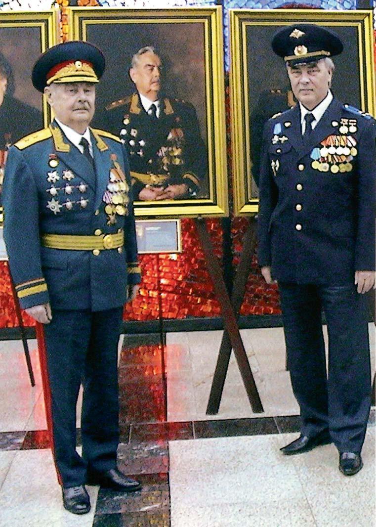 Калинин П.Г. у портрета в музее Вооруженных сил РФ с сыном полковником Ю.П. Калининым