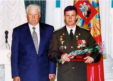 1998 год. Выпускник 14 роты 1990 года Конопелькин Е. Н. на вручении Звезды Героя РФ