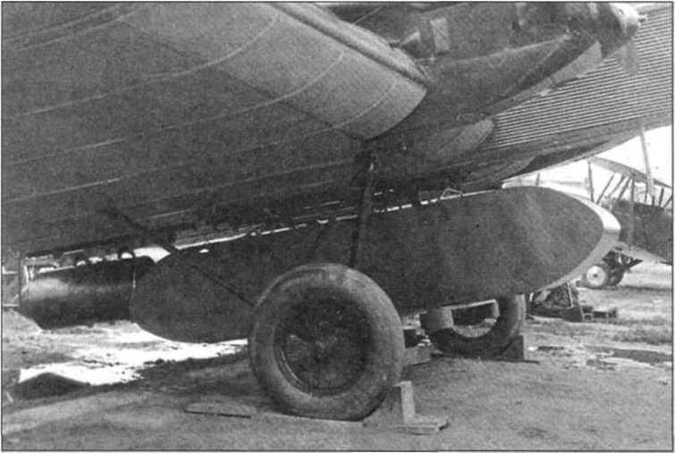 Грузовой ящик с парашютом под бомбардировщиком ТБ-1. 90 лет ВДВ