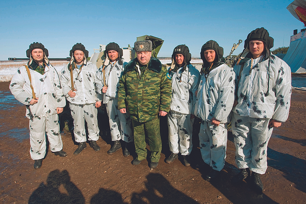 Командующий ВДВ В. Шаманов с экипажами, десантировавшимися внутри БМД-2