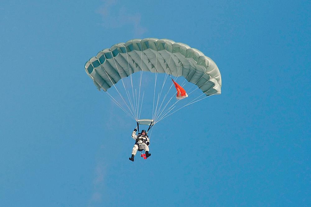 Разведчик на парашютной системе «Арбалет»
