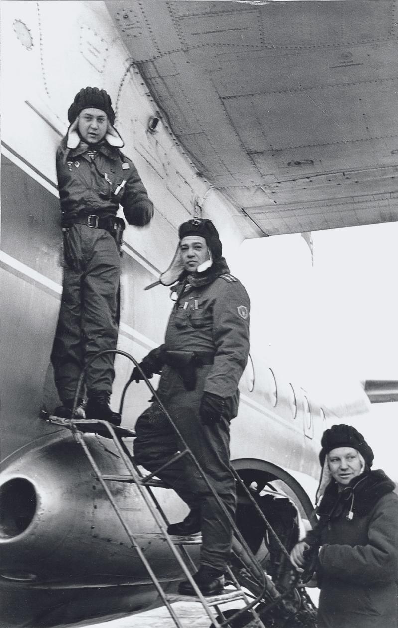 Посадка экипажа БМД-1 в самолет