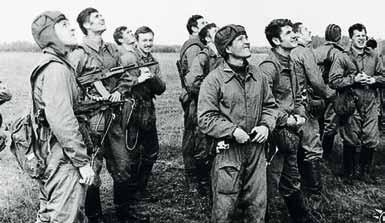 9 рота на площадке приземления. В центре – командир 9 роты капитан Селуков И.Ф. 1978 год