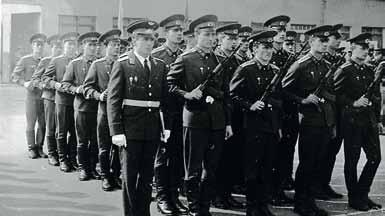 На плацу 2 взвод 14 роты во главе с командиром взвода ст. лейтенантом Жомером С. В. 1982 год