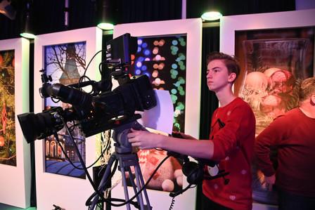 Cameraman tijdens live uitzending sjpek mit eier