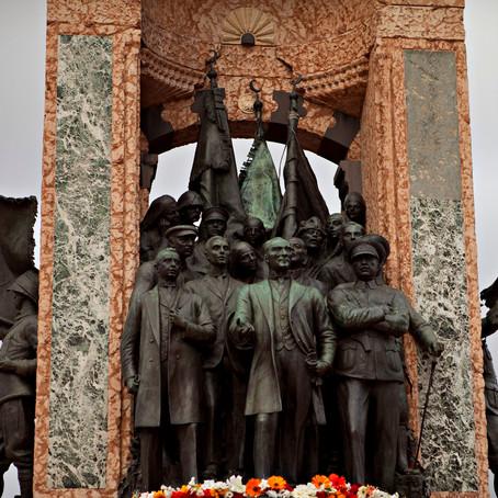 Avangardın ilgasından Cumhuriyet Anıtı'na: Mareşal Voroşilov
