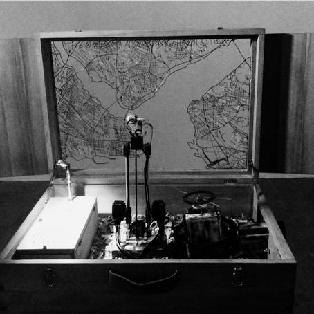 Zanaatkârlığın ölümünü belgeleyen bir gölge makinesi: Kirli Kutu