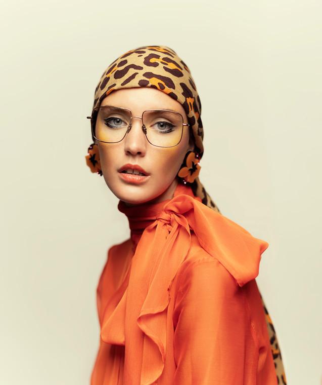 Shirt MENCHÉN TOMÀS, Scarf LOVAT & GREEN, Eyeglasses KALEOS, Earrings KIWI+POMELO.