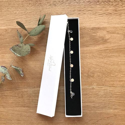 zilveren armbandje met initialen en labradorietbedeltjes