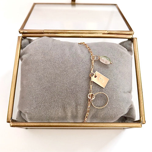 gold filled armbandje met bedeltjes, stempelplaatje en toermalijn bedeltje