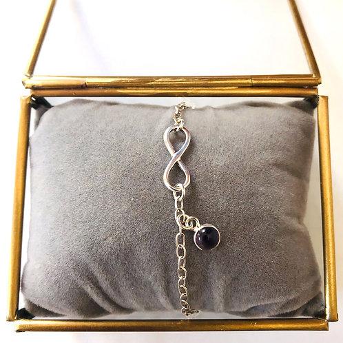 zilveren armbandje met infinity en amethist bedeltje