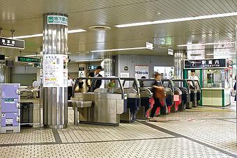 札幌の中心、地下鉄『大通駅』南改札口に隣接していて、通勤や通学、お買い物にお出掛けの方々に強烈な存在感でアピールしています。ha・na・vi ビジョン
