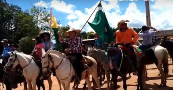 Prefeito Ederaldo Caetano (com a bandeira de Acrelândia) e a primeira dama Kátia (bandeira do Acre)