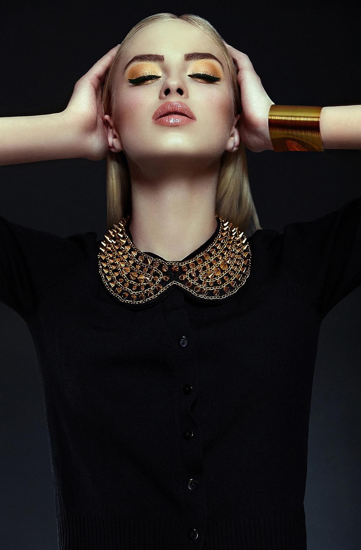 宝石襟付きファッションモデル