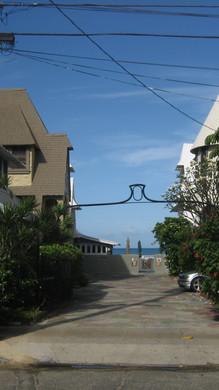 Bungalow Court, Kalākaua Avenue