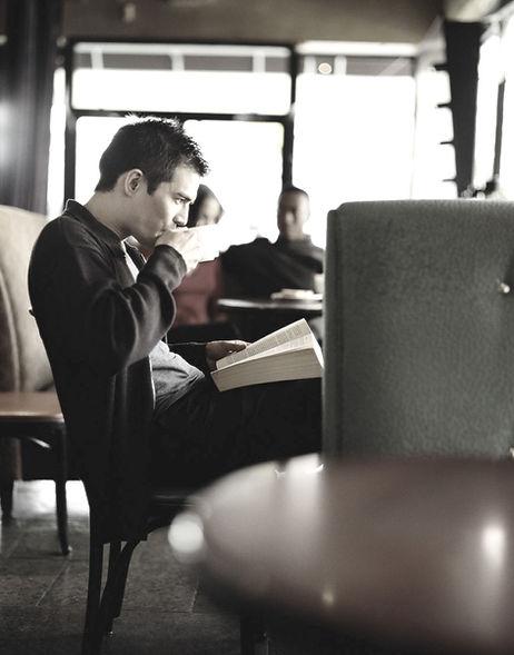 Человек потягивая кофе
