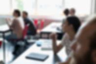 Estudantes universitários em sala de aul
