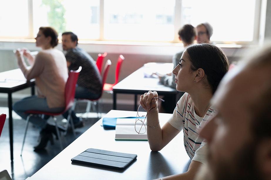 Alumnos universitarios en sala de clases