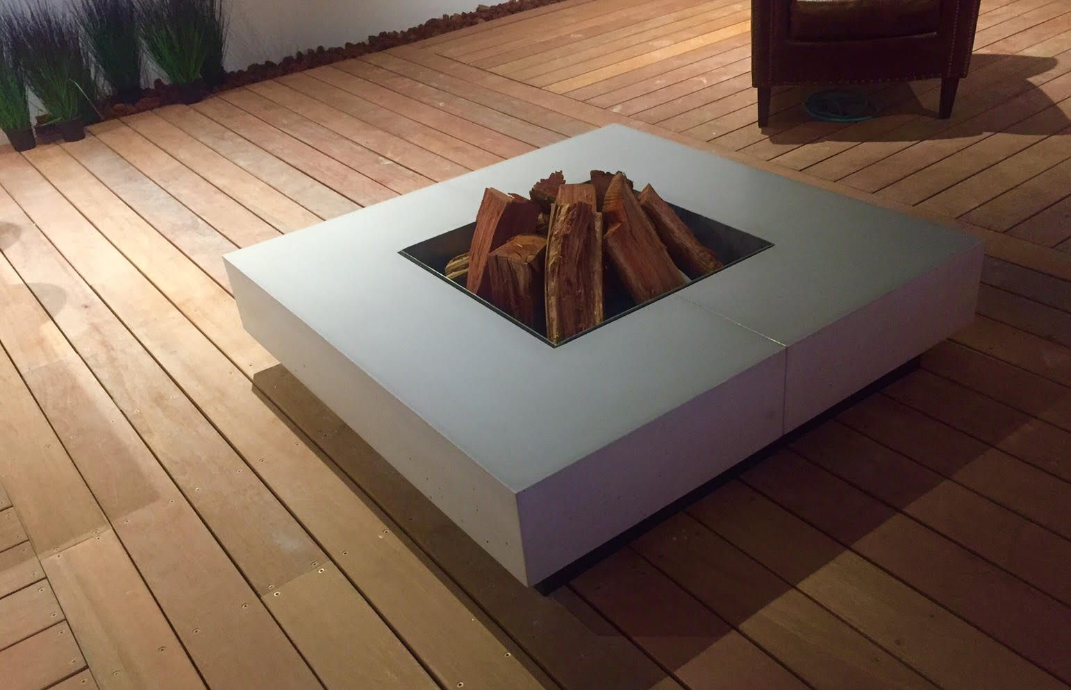 גנץ, פיירפיט- שולחן אש לחצר על גזעי עץ