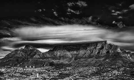 MOONRISE OVER TABLE MOUNTAIN