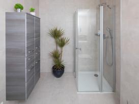Das Bad mit Dusche eines Monteurzimmers