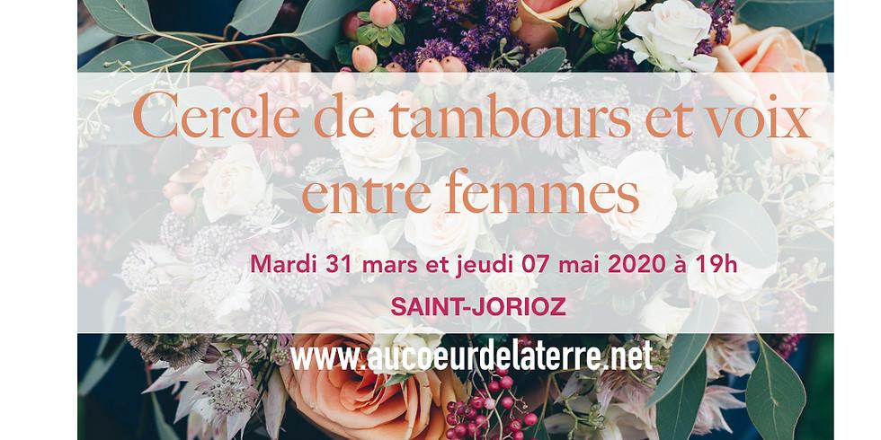 Cercle de tambours et voix entre femmes en mars