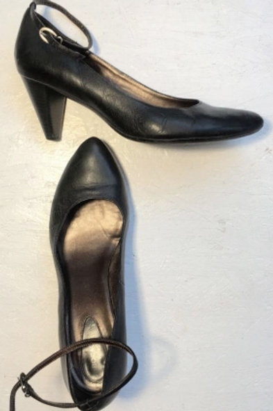 Vintage black leather pumps with ankle strap 41
