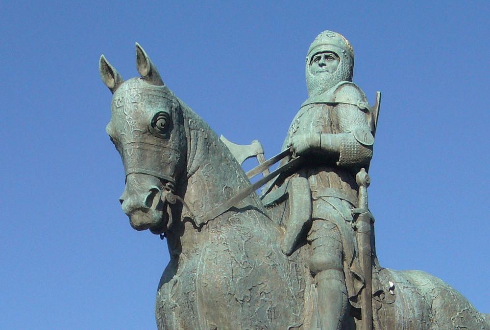 Statue of Robert the Bruce on horseback in battle armor.