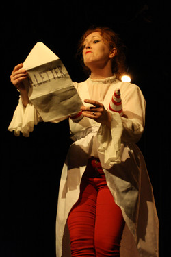 Mere Ubu reads the letter