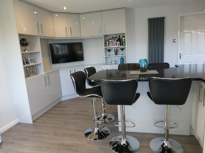 LIGHT GREY GLOSS KITCHEN WITH BESPOKE BAR/ TV UNIT SUPPLIED & FITTED 2018