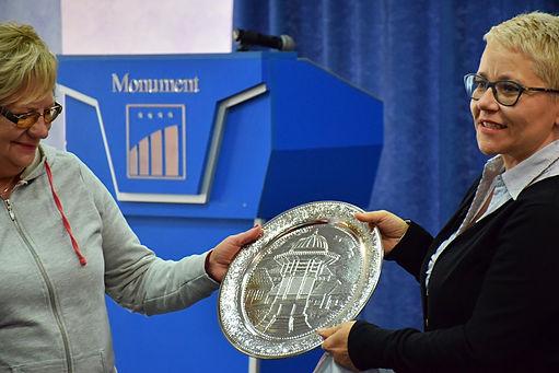 d6ca9c2bec Muratovic Irma elnök átadja a szarajevói egyesület ajándékát a Magyar Szó  Egyesület elnökének