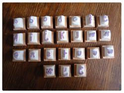 alphabet gravé à la main.jpg