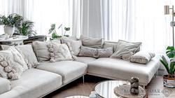 Marika Kafar. Narożna kanapa w salonie.