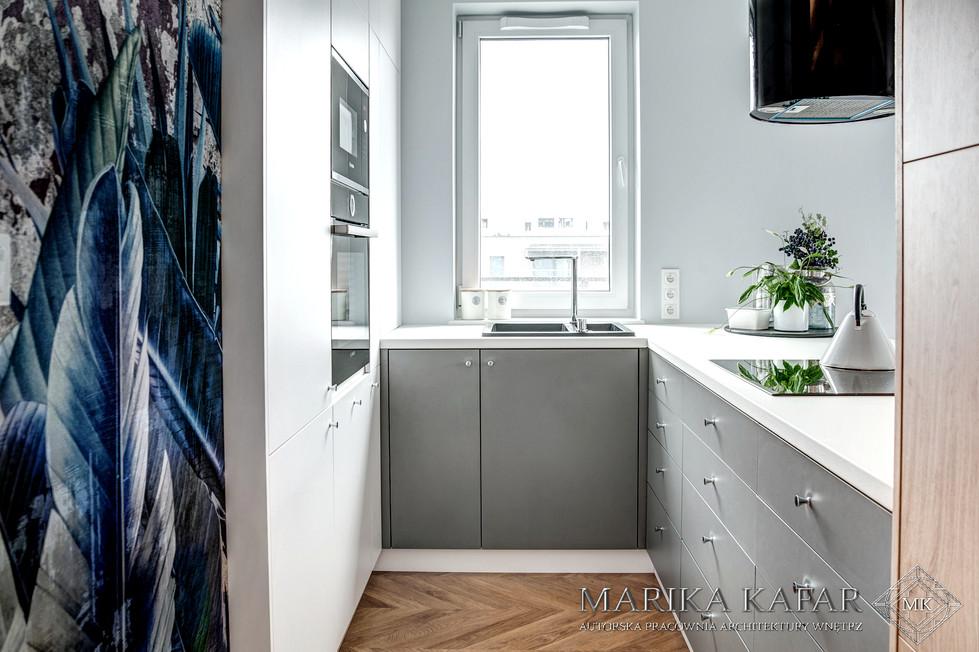 Marika Kafar. Projekt niewielkiej kuchni z drewnianą podłogą.