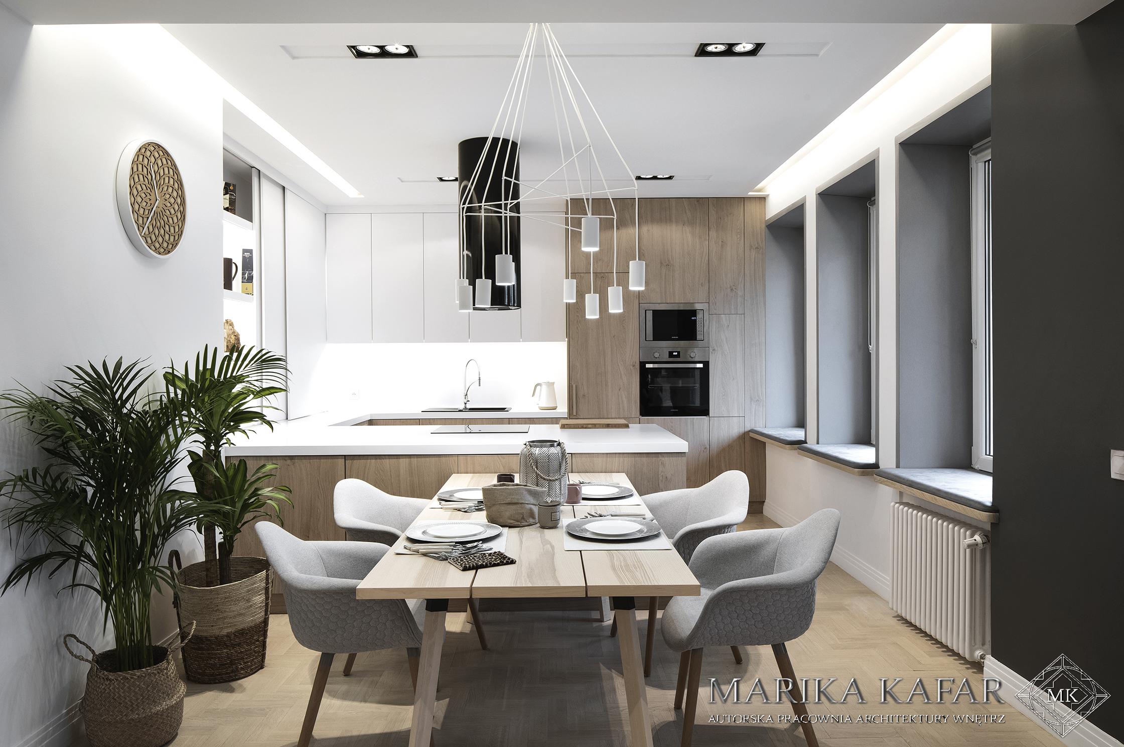 Marika Kafar. Drewniany stół do jadalni.