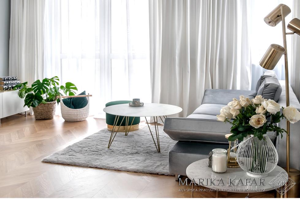 Marika Kafar. Salon w jasnej kolorystyce z elementami złota.