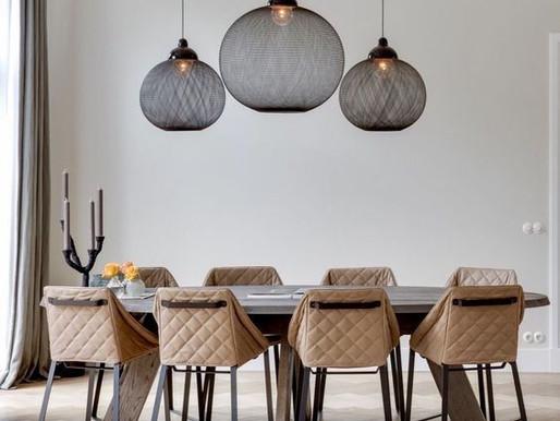 Oświetlenie salonu – dekoracja wnętrza światłem