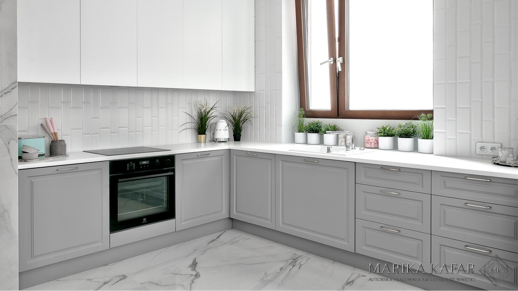 Marika Kafar. Biała kuchnia z marmurkiem na podłodze.