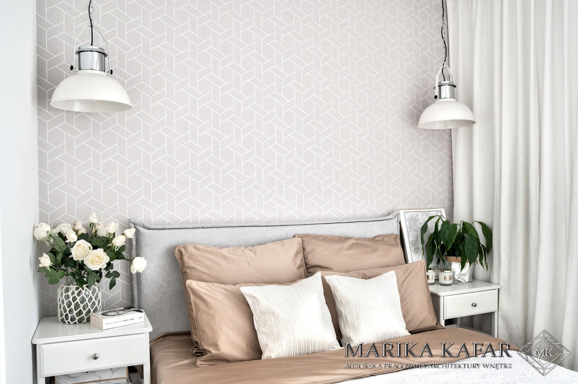 Marika Kafar. Minimalistyczna sypialnia, z loftowymi lampami, zamiast lamek nocnych.