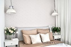 Marika Kafar. Minimalistyczna sypialnia z loftowymi lampami.