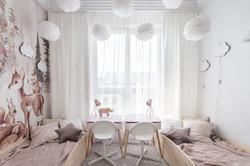Marika Kafar. Biały pokój dziecięcy z baśniową tapetą.