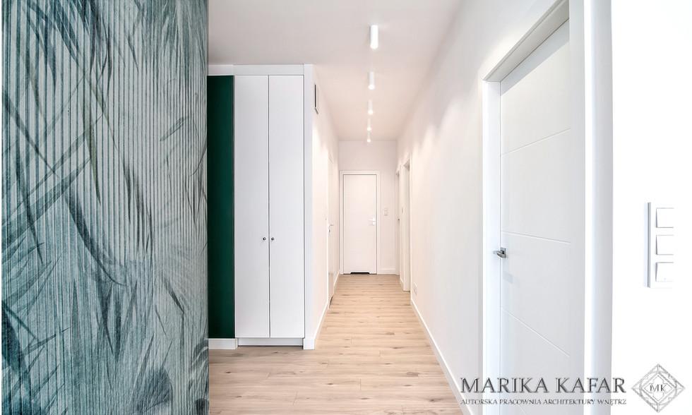 Marika Kafar. Projekt jasnego holu z drewnianą ciepłą podłogą.