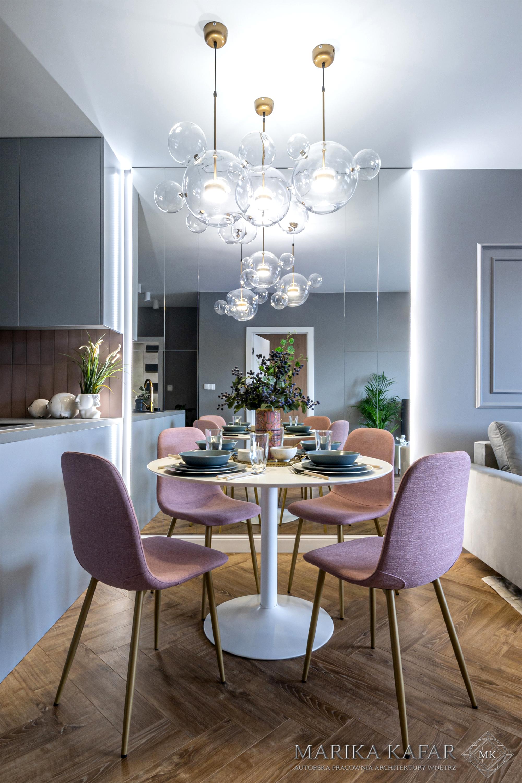 Marika Kafar.  Nowoczesna jadalnia z różowymi krzesłami.
