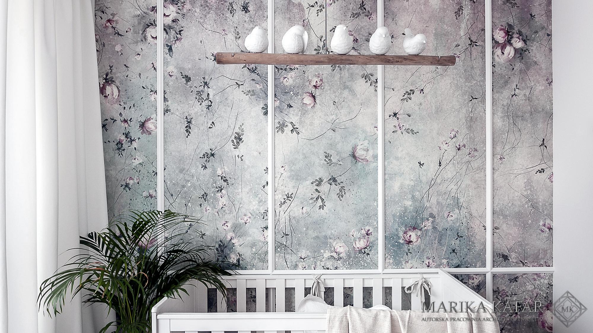 Marika Kafar. Pokój dziecięcy z subtelną tapetą na ścianie.
